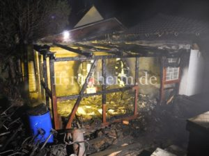 Die völlig zerstörte Holzhütte